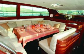 Grand Bleu Vintage CNB Sloop 95' Interior 1
