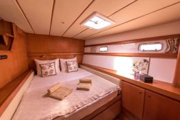 LONESTAR    Catamaran 85 Interior 4