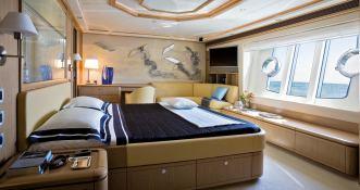 Maxi Beer  Ferretti Yacht 881 Interior 6